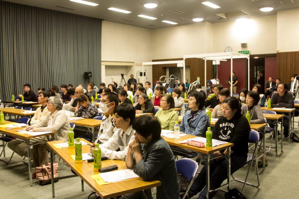 「抱え上げない介護」セミナーで講演を聞く参加者