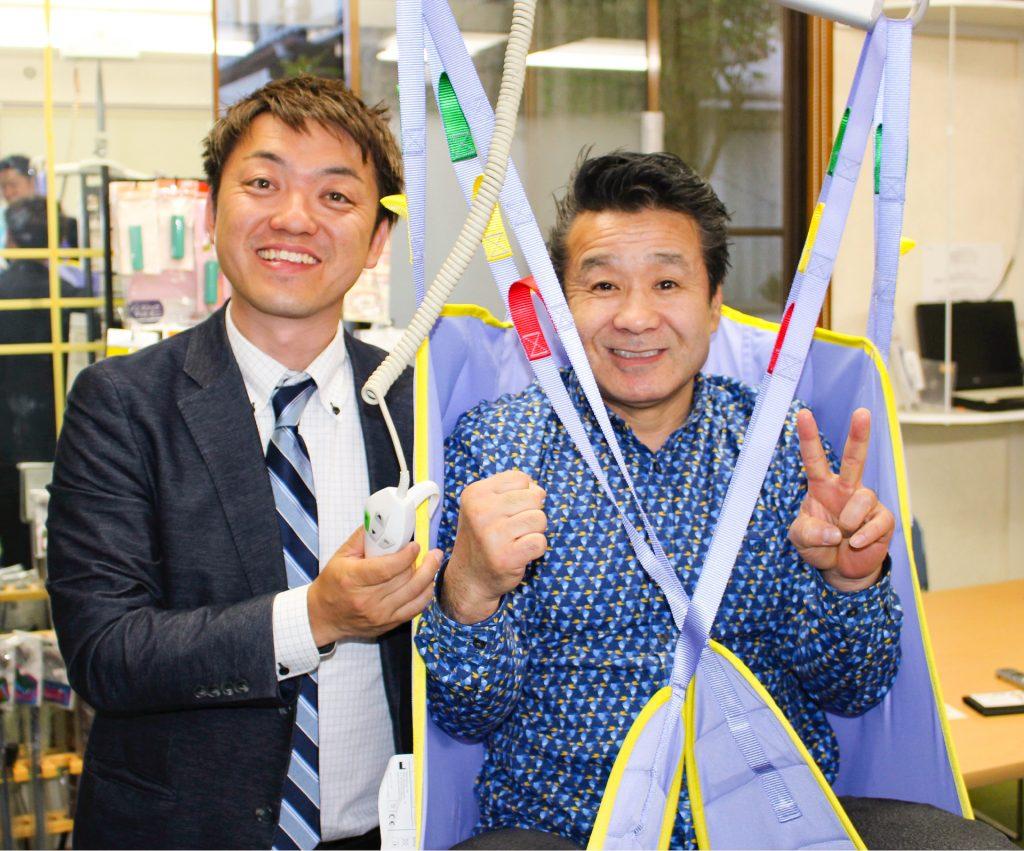 介護用天井走行リフトを体験する渡嘉敷勝男さん